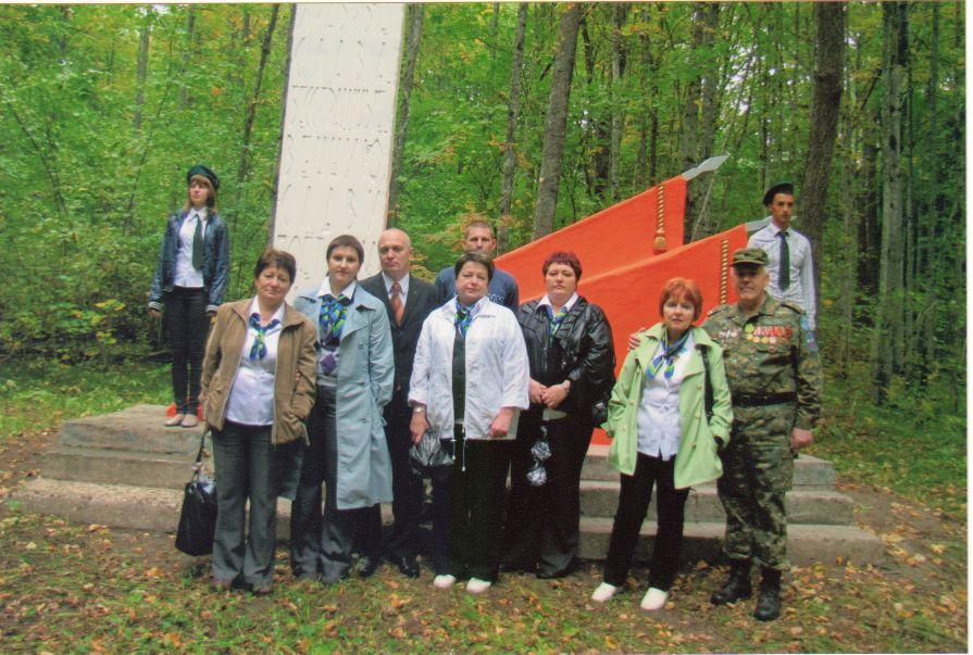 Памятник мужеству партизан, на 1-й стоянке за Радицей-Крыловкой